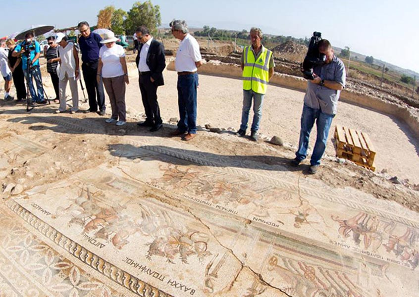 Funcionarios examinando el mosaico romano hallado recientemente en la población chipriota de Akaki. (Cyprus Mail)