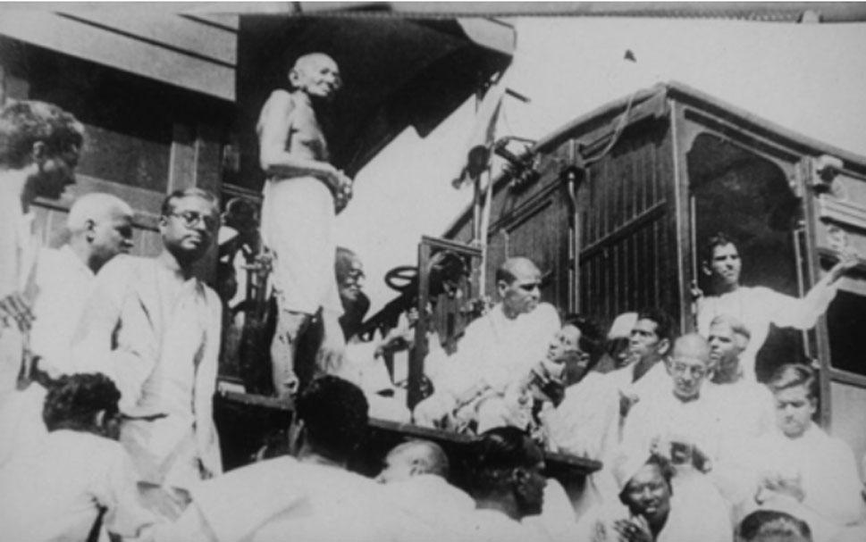 """Gandhi visita Madrás (hoy Chennai) en 1933, en un viaje por toda la India en defensa de la causa Harijan (los """"intocables""""). Sus discursos y escritos a lo largo de su viaje a menudo se referían a los grupos de población discriminados de la India. (Dominio público)"""