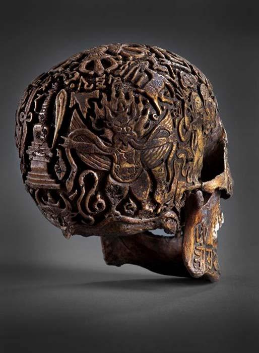 La figura de Garuda tallada sobre uno de los laterales del cráneo. (Klemens)
