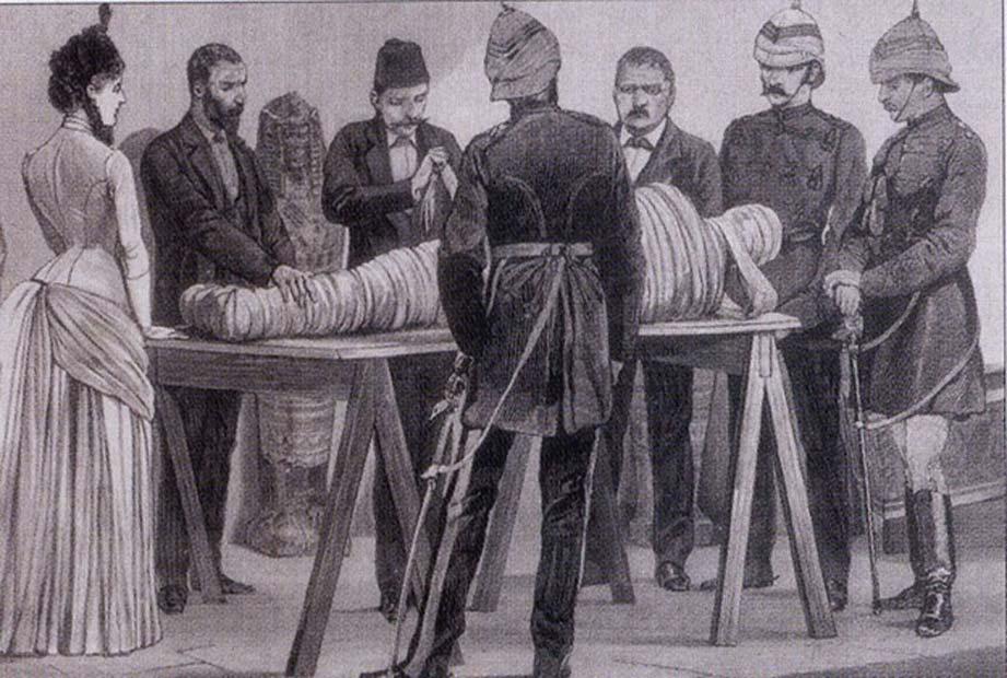Gaston Maspero trabajando en una momia en El Cairo, 1886. (Dominio público)