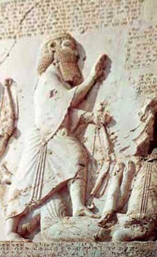 Gaumata bajo la bota de Darío I, relieve de la Inscripción de Behistún, Kermanshah, Irán. (Vahidarbab/CC BY SA 3.0)