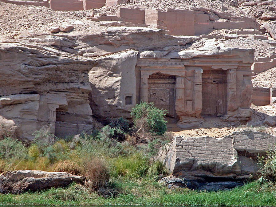 Los santuarios de Gebel el Silsila vistos desde el Nilo (Dennis Jarvis/Wikimedia Commons)