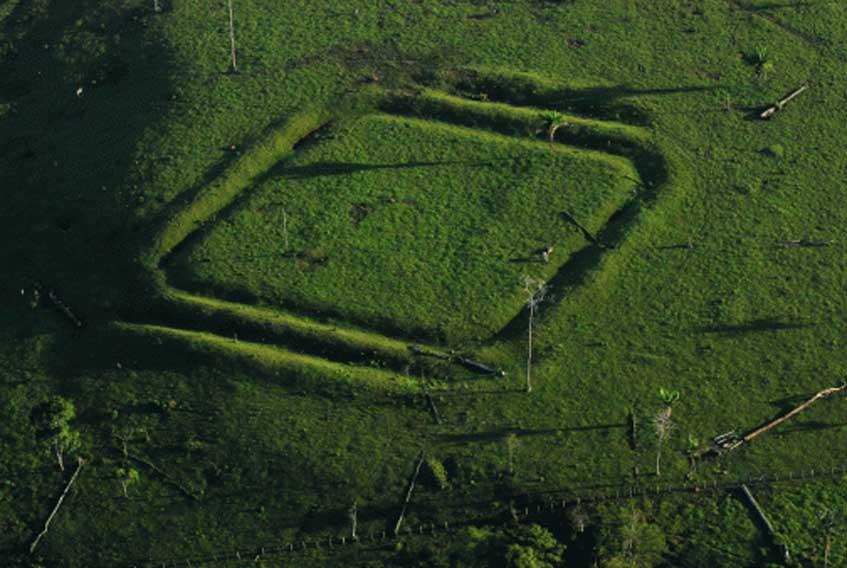 Figura geométrica cuadrada trazada sobre el terreno en Acre, Amazonia brasileña. (archaeology & arts)