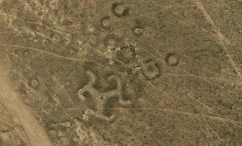 Geoglifo con forma de esvástica en Kazajistán. Fotografía: ©DigitalGlobe, cortesía de Google Earth