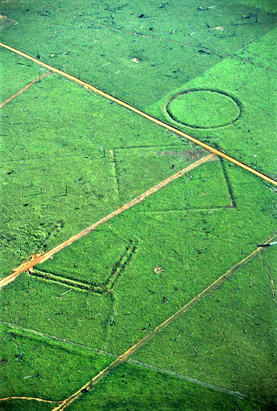 Geoglifos en tierras deforestadas de Fazenda Colorada, selva amazónica, zona de Río Branco, Acre. Estas curiosas formas geométricas han sido datadas en torno al año 1283. (Public Domain)