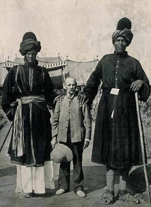 Fotografía de los gigantes de Cachemira, dos individuos que sufrían una aguda forma de gigantismo (CC by SA 4.0)