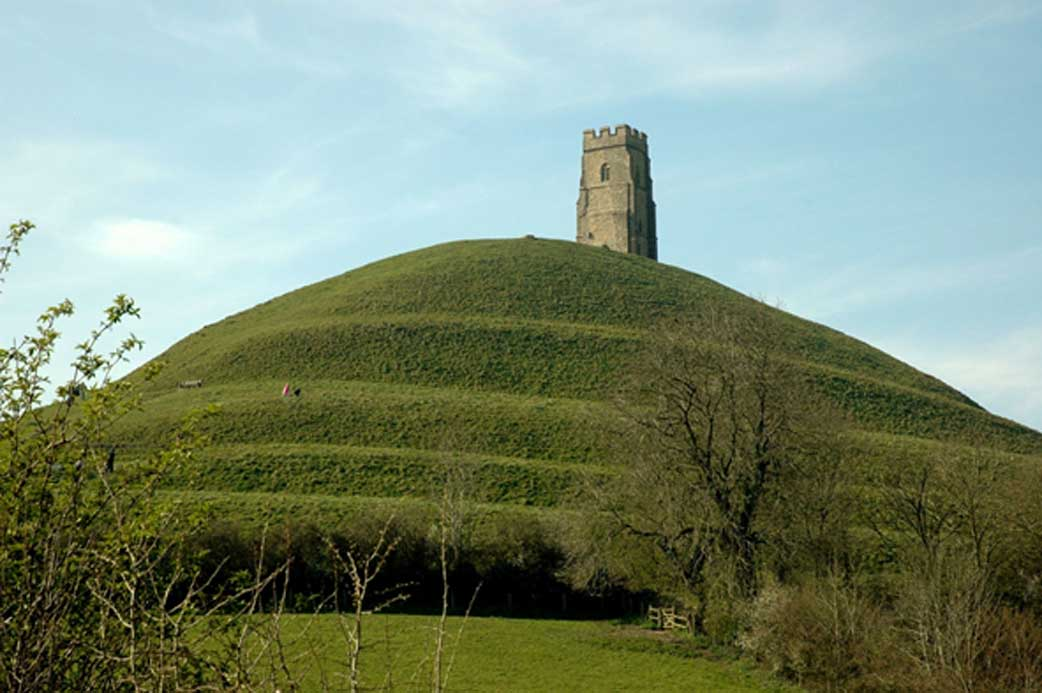 ¿Avalon? La colina de Glastonbury Tor domina las llanuras de Somerset. (Josep Renalias/ CC BY SA 3.0)