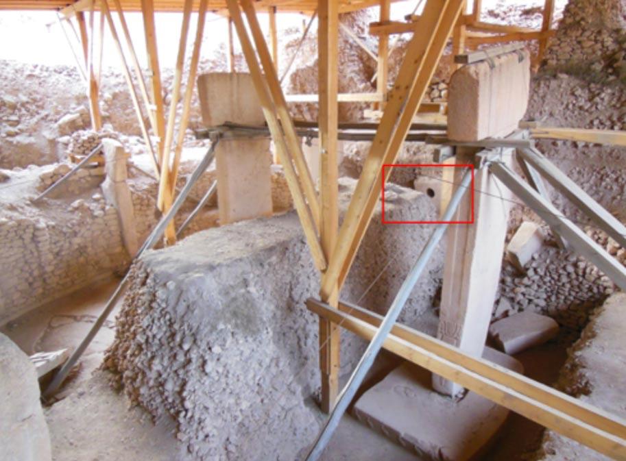 Fig. 4: El Recinto D de Göbleki Tepe. Entre los dos pilares gemelos podemos observar su gran piedra agujereada. Foto: Andrew Collins.