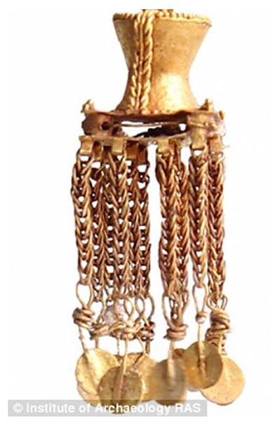 En la tumba de la mujer se encontraron numerosas joyas de oro y plata, como por ejemplo estos pendientes de oro (Foto: Instituto Ruso de Arqueología)