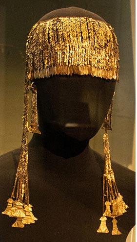 """Uno de los elementos del Tesoro de Príamo. Diadema de oro con pendientes en forma de """"ídolos"""""""