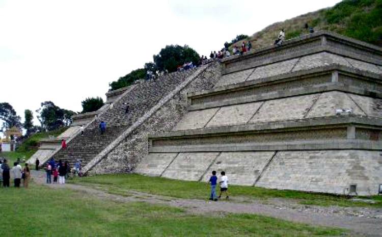 Sección reconstruida de la Gran Pirámide de Cholula, en el actual San Andrés Cholula del estado de Puebla, México, donde se produjo la histórica y atroz matanza. (Hajor/GNU Free)