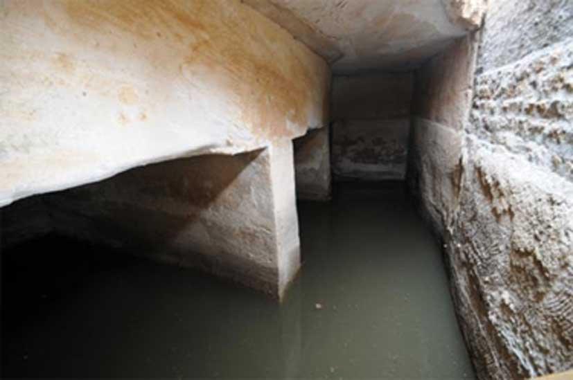 Interior de una de las grandes cisternas de la ciudad nabatea de Pequeña Petra. (Larry W. Mays)