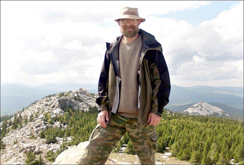 Stanislav Grigoriev, veterano investigador del Instituto de Historia y Arqueología de Chelyabinsk, posando muy cerca del colosal geoglifo. (Fotografía: Stanislav Grigoriev/The Siberian Times)