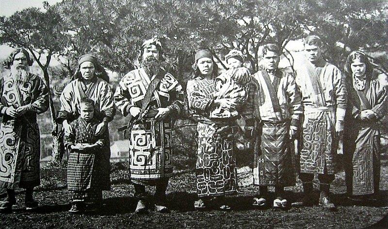 Familia de la cultura Ainu fotografiada en 1904. Imagen extraída del libro 'Ainu: Spirit of a Northern People' ('Los Ainu: el espíritu de un pueblo del norte'). (Public Domain)