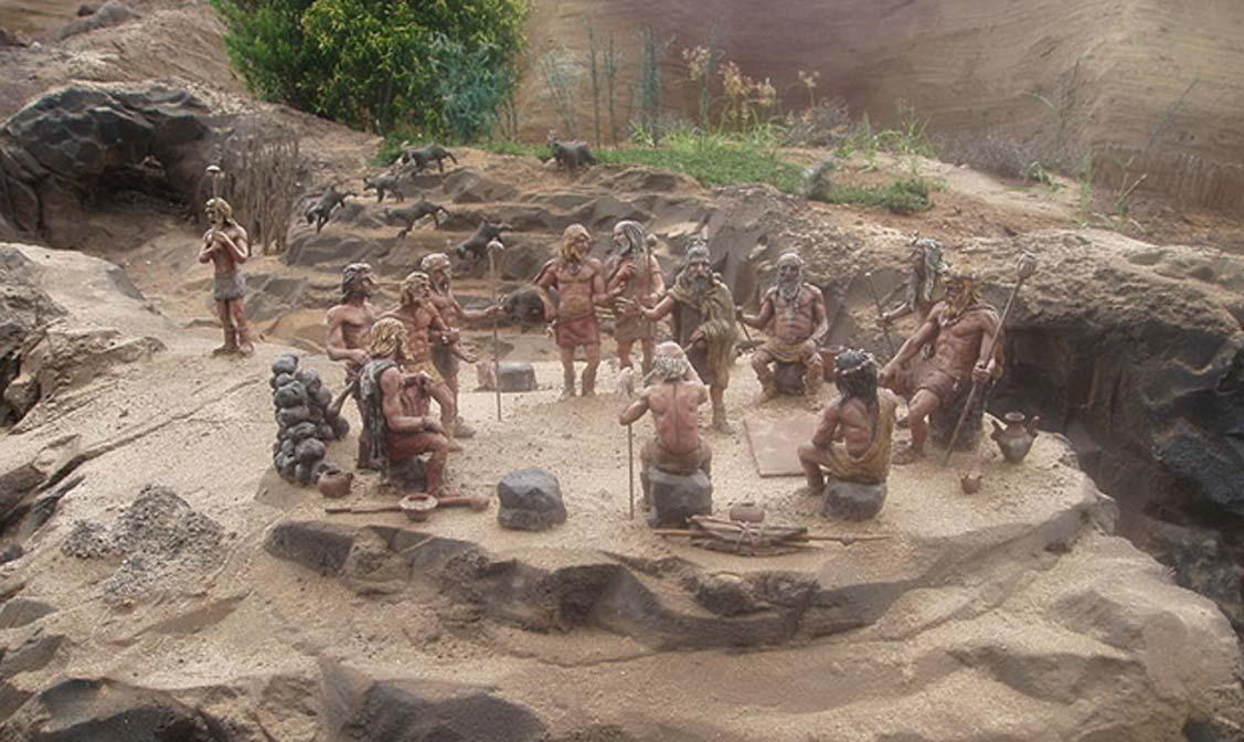 Diorama. Guanches de Tenerife celebran una asamblea en un 'Tagoror'. (R. Liebau/CC BY SA 3.0)