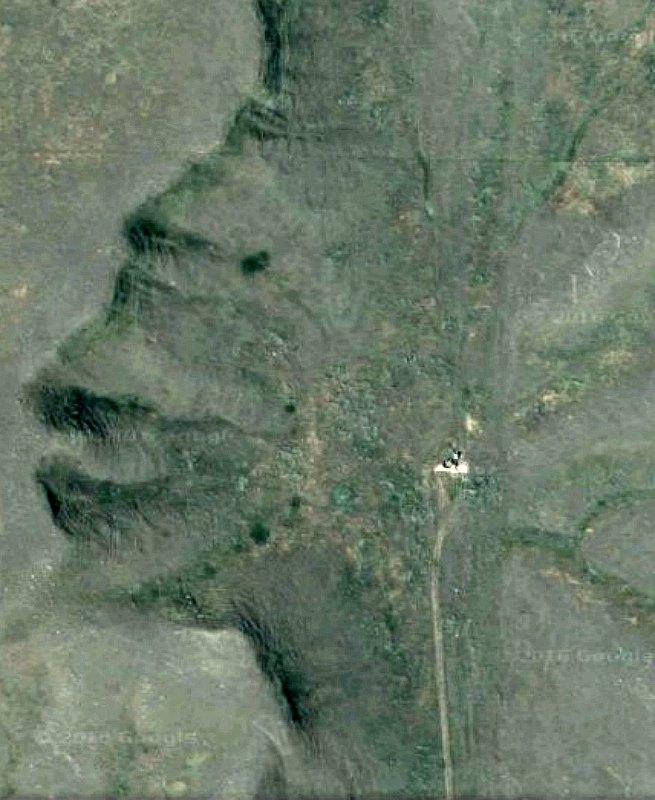 """Imagen vía satélite del """"Guardián de las Badlands"""" de Canadá (Fotografía: Google Maps)"""