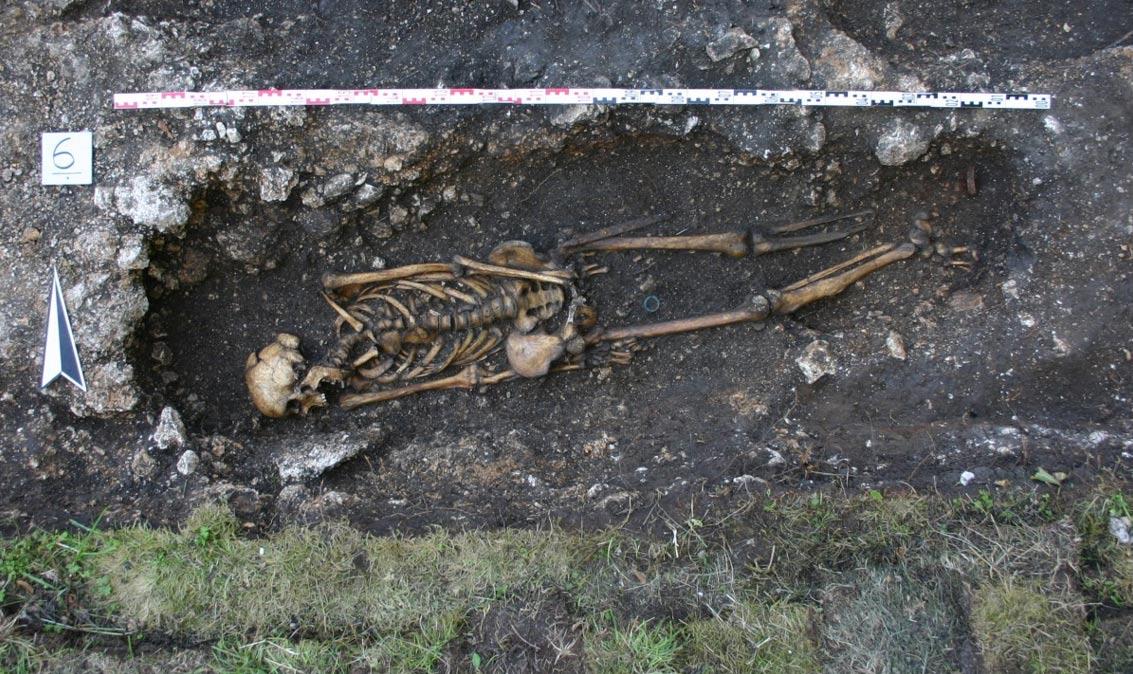 Nótese el pie izquierdo seccionado en el esqueleto del guerrero hallado en Hemmaberg, al que podemos observar aquí en su tumba. Posiblemente un soldado de infantería le cortara el pie cuando él combatía montado a caballo en el transcurso de una batalla. (Fotografía cortesía del Instituto Austríaco de Arqueología)