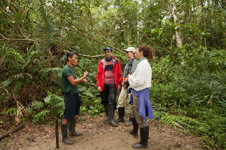 El guía indígena, Pidru, explica el uso de algunas de las plantas de la selva amazónica ecuatoriana. Crédito: April Holloway