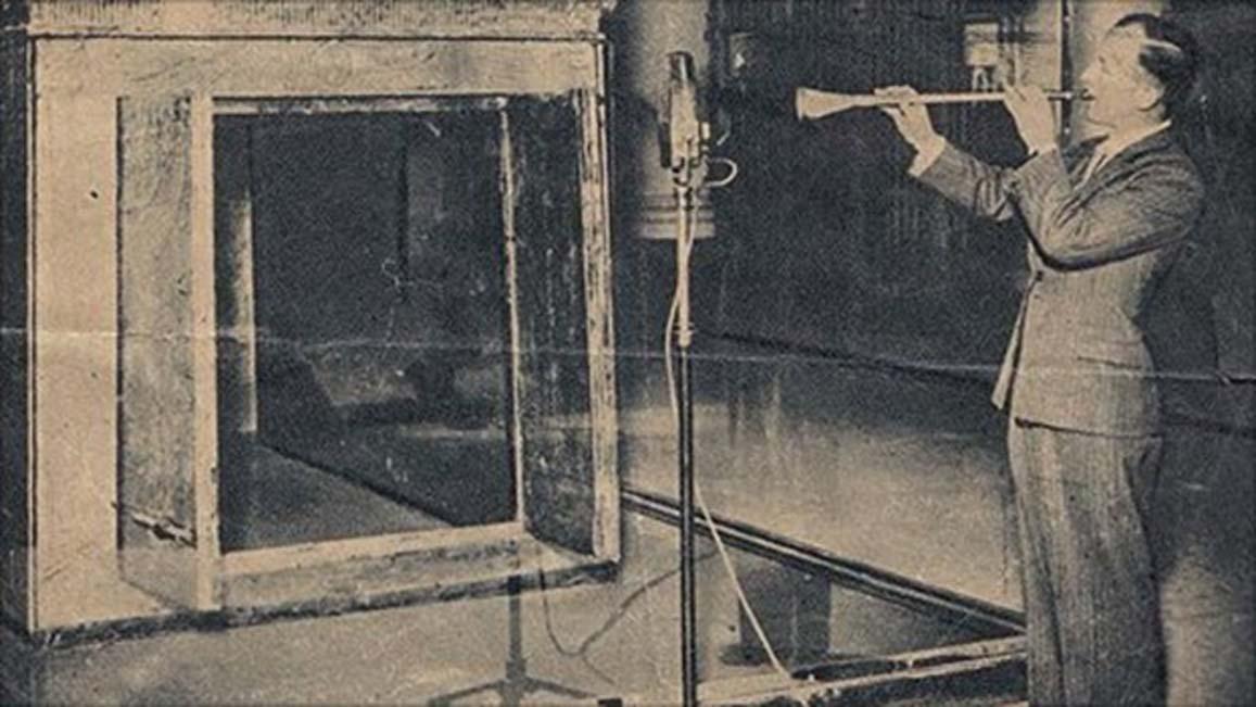 Haciendo sonar una de las trompetas de Tutankamón en 1939. (Imagen de Youtube)