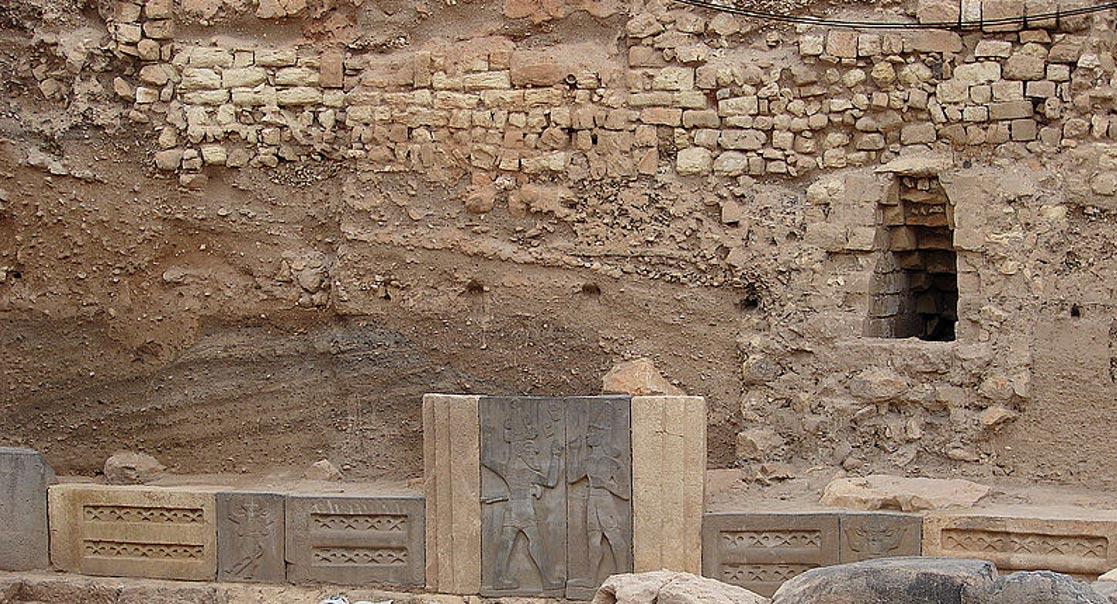 El rey Taita aparece en el relieve de la derecha de la puerta de entrada. Templo de Hadad en Alepo, Siria (Wikimedia Commons)