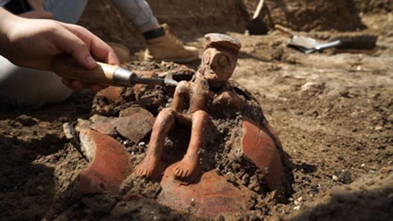 La antigua jarra tal y como fue descubierta en el transcurso de las excavaciones. Fotografía: EYECON Productions, cortesía de la Autoridad de Antigüedades de Israel.