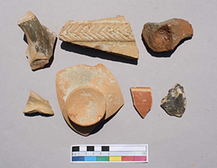 """""""La mayor concentración de materiales mejor conservados procedentes de los límites de la Knossos de principios de la Edad del Hierro sugiere típicamente un contexto de enterramientos alterados en una época bastante reciente."""" (Todd Whitelaw)"""