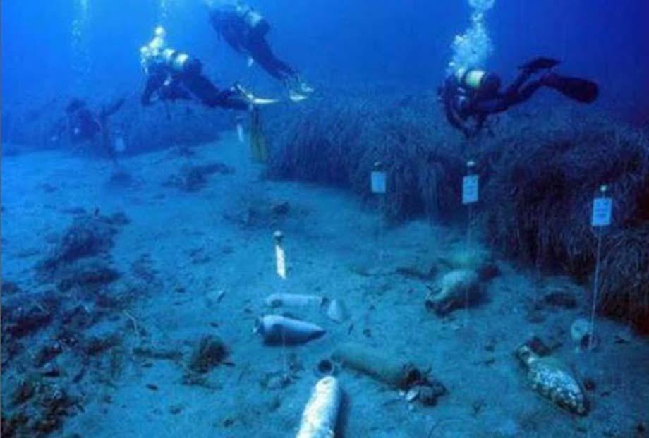 Arqueólogos submarinos junto a otras piezas halladas en el yacimiento. (Superintendencia del Mar, Sicilia)