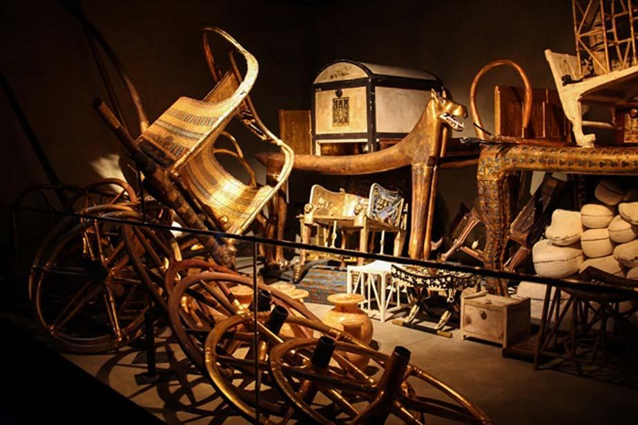 Apenas una pequeña selección de los miles de tesoros hallados amontonados de forma apresurada en el interior de la cámara funeraria del faraón Tutankamón. (Public Domain)
