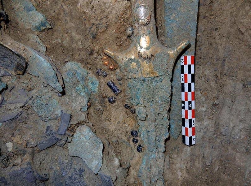 Armas y otros objetos hallados en la tumba del 'Guerrero del Grifo'. (Griffin Warrior Tomb)