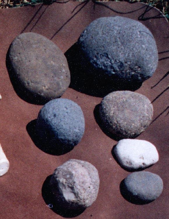 """Las piedras percutoras, o simplemente """"percutores"""", se empleaban para golpear otras rocas en el proceso de la talla lítica, a fin de crear herramientas prehistóricas. En la foto, diversos ejemplos de piedras percutoras. (CC BY-SA 3.0)"""