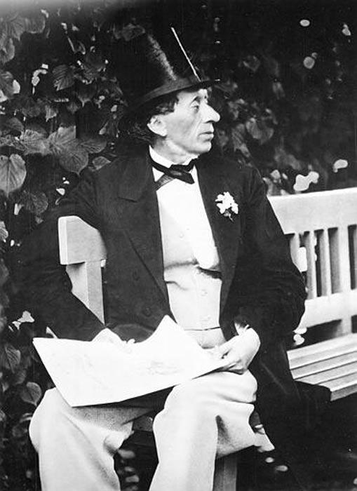 """Hans Christian Andersen fotografiado en 1869 en el jardín de """"Roligheden"""", cerca de Copenhague, Dinamarca. (Public Domain)"""