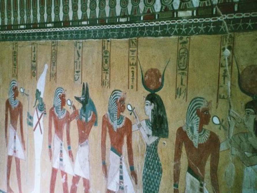 Hathor y otros dioses saludan al faraón recientemente fallecido Tutmosis IV. Pintura mural de la tumba de Tutmosis IV en el Valle de los Reyes, Luxor, Egipto. (CC BY-SA 3.0)