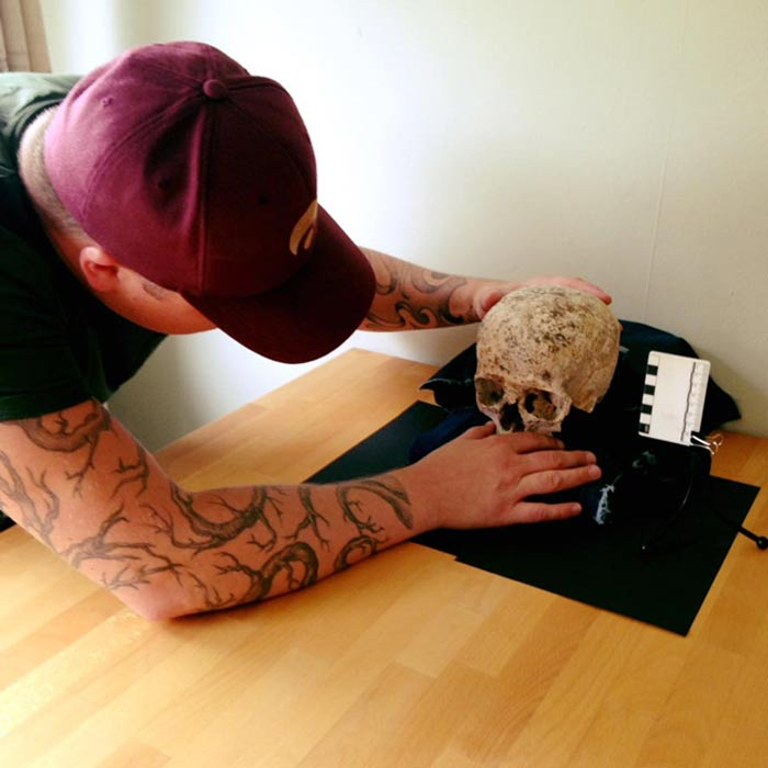 Hew Morrison estudiando el cráneo de 'Ava'. (Maya Hoole)