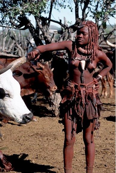Una mujer Himba con el cuerpo cubierto de pintura hecha con ocre rojo y grasa de leche