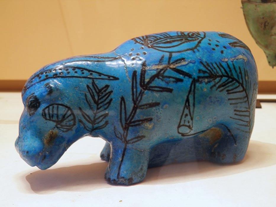 El Azul Egipcio fue utilizado ampliamente por los antiguos egipcios en un tipo de cerámica vidriada conocido como fayenza, como podemos ver en esta figurita de un hipopótamo. (Carole Raddato/Wikimedia Commons, CC BY-SA)