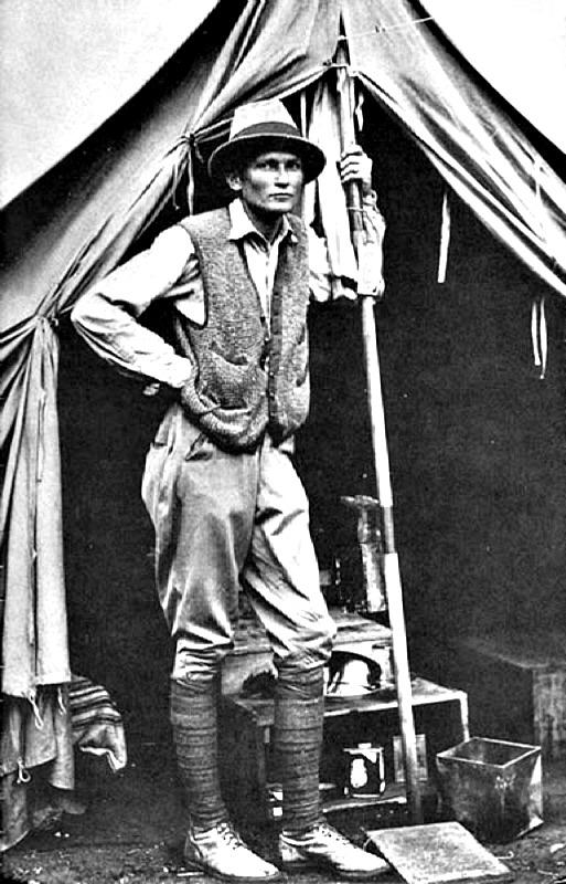 El explorador estadounidense Hiram Bingham III en su tienda, cerca de Machu Picchu, año 1912. (Public Domain)