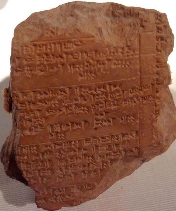 Tablilla Hitita del siglo XIV a. C. (Wikipedia). El equipo que está realizando las excavaciones consiguió conocer la gastronomía Hitita estudiando antiguas tablillas como ésta.