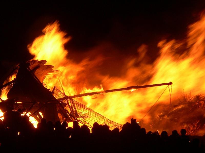 Quema de un barco vikingo en la celebración del Hogmanay, Edimburgo (Wangi - CC BY 2.5)