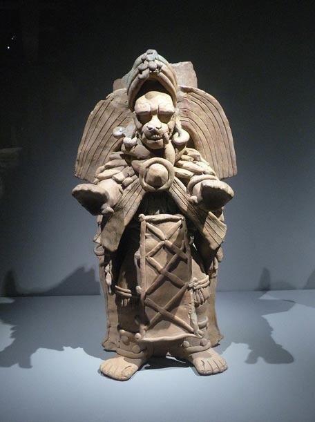 Según el nuevo estudio, la antigua realeza maya y otros ricos miembros de su sociedad no solo representaban jaguares en sus obras de arte, como en este quemador de incienso con forma de hombre-jaguar, sino que al parecer también se los comían. Los pobres se alimentaban de otros animales, menos exóticos. (Foto: Chatsam/Wikimedia Commons)