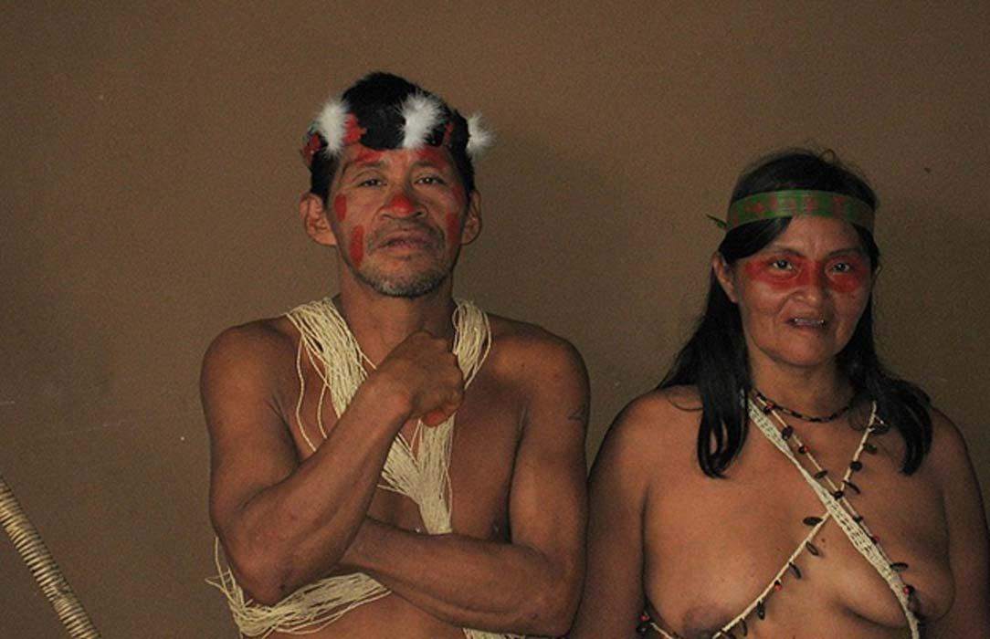 Hombre y mujer de un poblado Huaorani. Fotografiados en mayo del 2008 en Ecuador. (Kate Fisher/CC BY 2.0)
