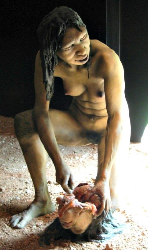 Hace más de 800.000 años ya se practicaba el canibalismo. En la imagen, reproducción de hembra de Homo antecessor llevando a cabo prácticas caníbales. (Jose Luis Martinez Alvarez/CC BY-SA 2.0)