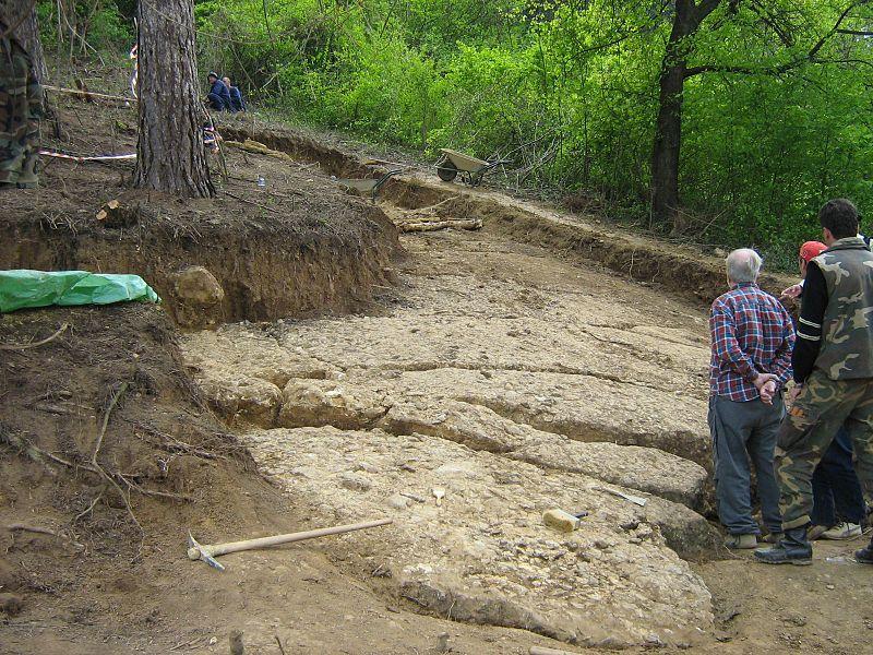 Inmensas losas de hormigón descubiertas por el Dr. Osmanagić y su equipo en el Valle de las Pirámides de Bosnia. (Public Domain)