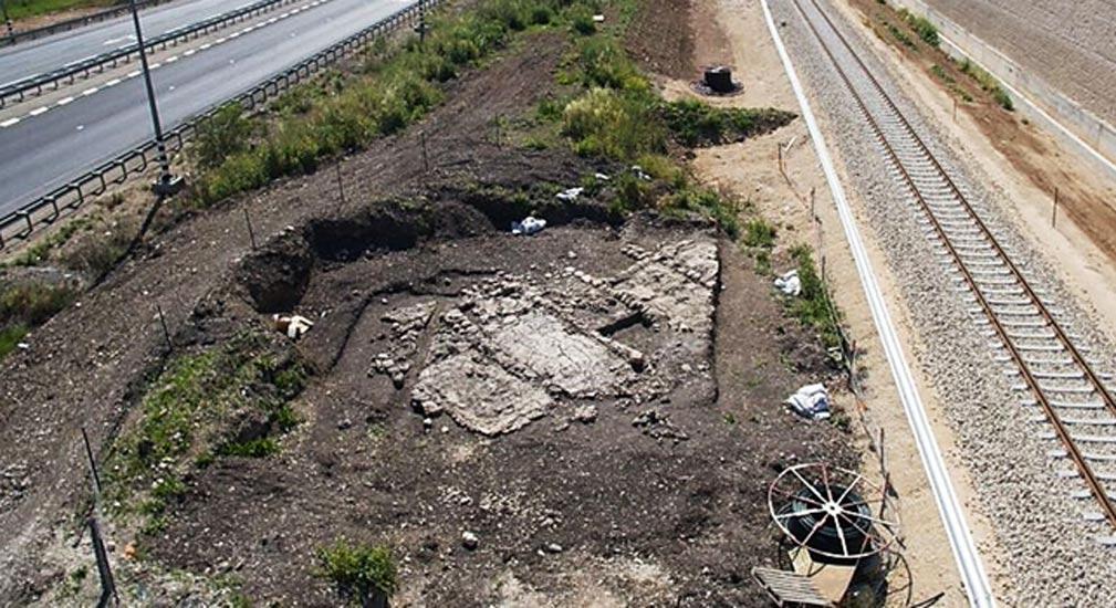 Los hornos para fabricar vidrio se han descubierto justo al lado de la vía férrea. (Fotografía: Assaf Peretz, Autoridad de Antigüedades de Israel)