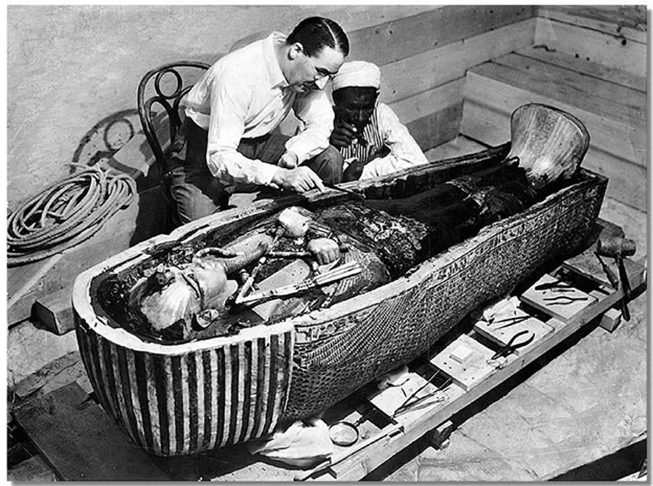 Howard Carter abre el último ataúd del faraón Tutankamón en su tumba cercana a Luxor (Egipto). (Public Domain)