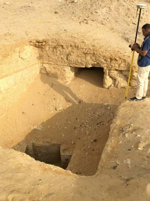 Los hoyos observados en las imágenes de satélite habían sido excavados por saqueadores y conducían a tumbas enterradas. (Ministerio de Antigüedades de Egipto)