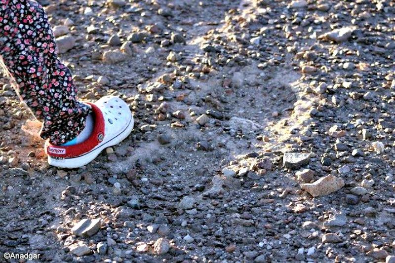 Posible huella de 60 cm de largo descubierta en la provincia chilena de El Loa comparada con un pie normal de 24 cm. (Fotografía: Alberto Nadgar Rojas)