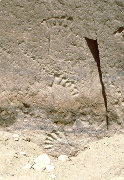 Huellas de pies con seis dedos grabadas sobre la piedra en las cercanías de Pueblo Bonito, cañón del Chaco, Nuevo México. Fotografía: Peter Faris (1994)