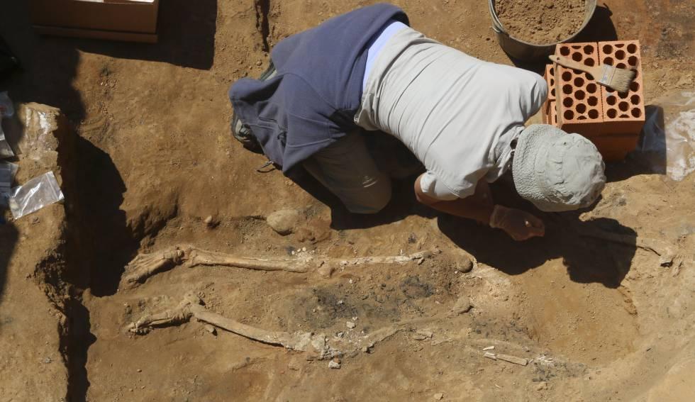 La antropóloga Victoria Peña con los huesos descubiertos en el yacimiento tartésico de Badajoz. Imagen: J. M. Romero / El País