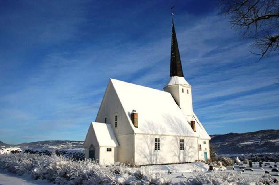 El antiguo edificio que los arqueólogos suponen que era un templo de culto se encontraba no lejos de la iglesia de Vingrom. (Foto: kirkesok.no, aportada por el autor)