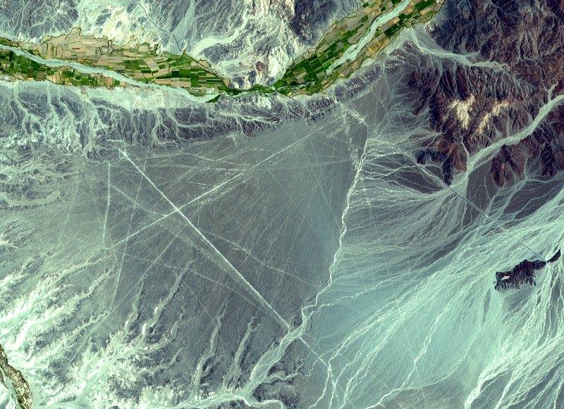 Detalle de una de las imágenes de satélite tomadas por la NASA en la zona de Nazca. Se utilizaron bandas espectrales combinadas de infrarrojos y luz visible para crear una imagen con apariencia de color real. (NASA)